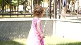 instante : The Toddler Girl is trying to handle the water from the fountain. Vídeos