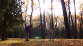 troost : Dad and daughter are playing in the autumn forest. Preparation and play. Stockvideo