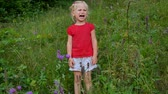 weinen : little four year old girl crying in high meadow grass.