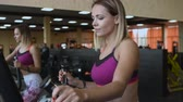 обученный : Beautiful young girl doing workout in the gym.
