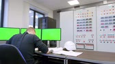 arquitetônico : engineer looks at the green screen and talking on walkie-talkie inside the control room Stock Footage
