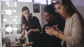 marcador : Woman beauty blogger looking professional cosmetics in makeup room