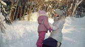 banlieue : Mom and daughter hug in the suburbs in winter. Vidéos Libres De Droits