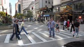скрестив : CHICAGO - Pedestrians crossing Michigan Avenue in Chicago