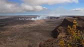 извержение : Time lapse of the crater at Kilauea in Hawaii as steam vents out