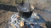 garnek : (Two shots) A large cauldron of steaming liquid over a bon fire. This was an 1800s syrup making demonstration. Wideo
