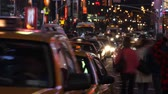 gündüz : Time lapse of city traffic and pedestrians at night, shot in Times Square, New York City