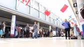 chodba : Low angle time lapse of people walking down the terminal of an airport