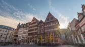 praça : Frankfurt city skyline sunrise timelapse at Romer Town Square, Frankfurt, Germany 4K Time lapse