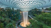 jóias : Day to night timelapse of indoor waterfall inside Jewel shopping mall at Changi Airport, Singapore time lapse 4K