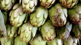 уксус : Big artichokes piled in the vegetable stand so it wont occupy big space and could fit other vegetables. Стоковые видеозаписи
