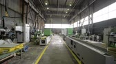 A long shop of a factory for the production of metalworking machines Stok Video
