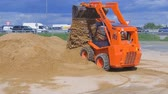 Demonstration demonstration of the possibilities of mini-loaders. Construction machinery at work. Stok Video
