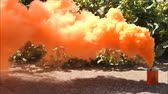 vasilha : A very bright orange smoke grenade which is used to indicate a position for emergency or to locate. Vídeos