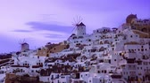 греческий : View of sunset at Oia village on island of Santorini, Greece and people rushing for photos, timelapse Стоковые видеозаписи