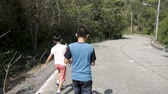 para baixo : Happy children walking down on hill in sunny day. Stock Footage