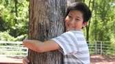 respeito : Asian boy hugging tree, slow motion Vídeos
