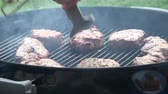 fogueira : Mans hands cooking steak on grill Stock Footage