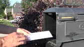 alcance : Man hand taking letter from mailbox