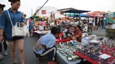 sábado : CHIANG MAI THAILAND  MAY 09 : People walk among stalls at famous Saturday walking street market Wualai on May 09 2015 in Chiang Mai Thailand. Market is opened every Saturday from 4pm till midnight.