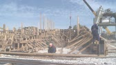 плиты : Taman, Russia - April 29, 2017: Workers at the construction site. Construction of a reinforced concrete building. Installation of formwork. Стоковые видеозаписи
