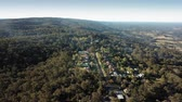 eukaliptus : Aerial view over Bowen Mountain village with Kurrajong farmland and Blue Mountains foothills