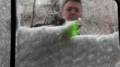 raspador : Cleaning snow and ice from frozen window.