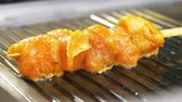 кусок : closeup camera shows aromatic fresh tasty chicken meat on wooden stick