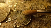 carteira : macro bitcoin model brushed from gold dust and little sparkling stars shine against light rays Stock Footage