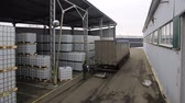 provést : time lapse people carry out loading and unloading operations of packaged goods on pallets at open storage area Dostupné videozáznamy
