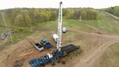 provést : panorama petrochemical factory workers carry out derrick test on heavy industry equipment located in rural area