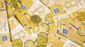 pagar : macro vista superior moneda digital anónima bitcoins y litecoins modelos reales caen en los billetes de banco Archivo de Video