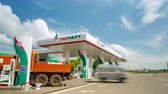 нефтехимический : Automobiles Come Leave Petrol Station Territory Стоковые видеозаписи
