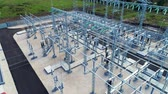 odolný : substation distributes energy through wires attached by insulators