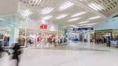 comerciante : modern shopping mall guests walk and make purchases timelapse