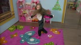 pingouin : Little Girl Is Dancing in the room