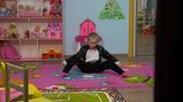 springseil : Little Girl Stretching And Jump in the room