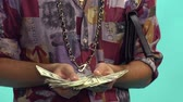 luksus : Man Holding Stack Of Money Wideo