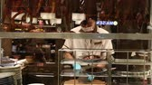 pekin : BANGKOK,THAILAND - NOVEMBER 18, 2014 : Unknown chef prepares dishes of peking roast duck in a restaurant in Siam Paragon Mall. With 300,000 sq m of retail space Siam Paragon is one of the worlds largest malls Stok Video