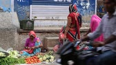 berinjela : PUSHKAR INDIA OCTOBER 25 2014: Unidentified Indian people buying and selling vegetables and fruit at market on the street