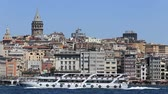 kamie�� : ISTANBUL, TURKEY - JULY 21, 2015: Beyoglu district historic architecture and Galata tower medieval landmark over the Golden Horn bay in Istanbul, Turkey Wideo
