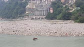 caiaque : RISHIKESH, INDIA - OCTOBER 5, 2014: Unidentified Indian people rafting in a river, Ganges River, Rishikesh, Dehradun, Uttarakhand, India Vídeos