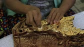 artesanato : MANDALAY, MYANMAR - JANUARY 16, 2016: Burmese women are coated with gold wooden souvenirs in the workshop Vídeos
