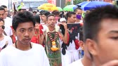 perfurante : PHUKET, THAILAND - OCT 18, 2015: Chinese thai monk possessed by his god walks with his mouth pierced in Vegetarian Festival at Phuket Town. Festival is a famous annual also known as Nine Emperor Gods