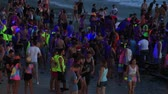 ksi����yc : KOH PHANGAN, THAILAND - DECEMBER 26, 2015: Unidentified people participate in the Full Moon party in island Koh Phangan. The event now attracts anywhere from 40,000 party-goers on a normal month Wideo