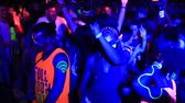 ada : KOH PHANGAN, THAILAND - MARCH 02, 2018: Girls and guys participate in the Full Moon party in island Koh Phangan, Thailand. Event now attracts anywhere about 30,000 party-goers on a normal month Stok Video