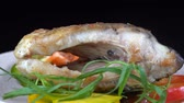 preparado : Fried fish served on a black background. Fried piece of carp with vegetables. Close up