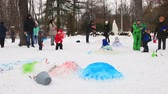hóember : Moscow, Sokolniki Park-January 27, 2018: parents with children playing in winter Park and molding the snowman