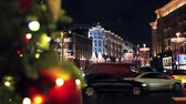 ruské : MOSCOW, RUSSIA - DECEMBER 22 , 2017: traffic in the city on the background decorations for the holiday of new year and Christmas on the streets of Moscow.