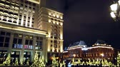 четыре человека : view of Four Seasons Hotel Moscow and decorated Moscow. tourists and people walk in The Moscow Kremlin. Motionlapse. Timelapse